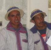 raccoglitori in costume tradizionale